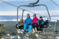 Familj i stolslift på Orsa Grönklitt.