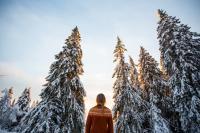 Kvinna blickar in i skogen.