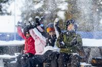 Barn med skidutrustning sitter i skidlift.