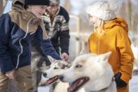 Pojke och flicka tillsammans med draghund.