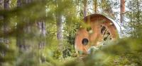 Boende format som en cyliner i skogslandskap.