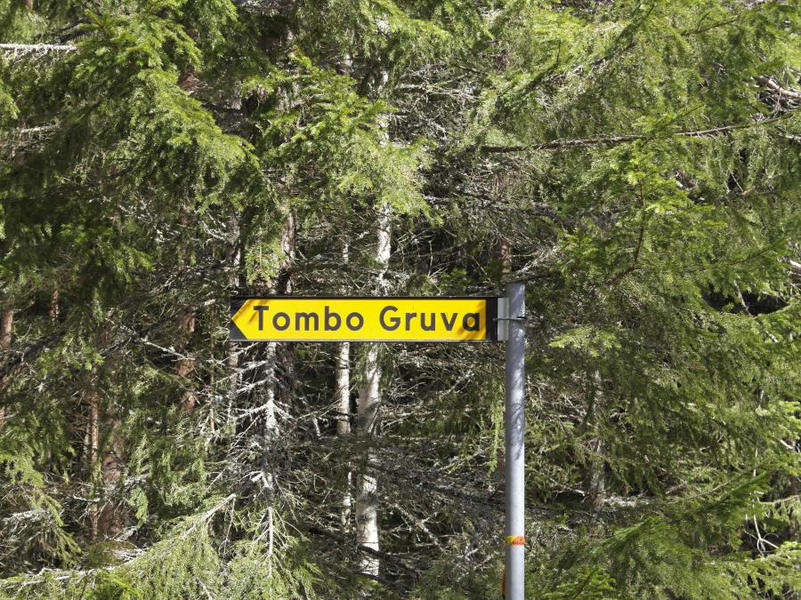 Yellow sign showing the direction to Tombo Gruva.