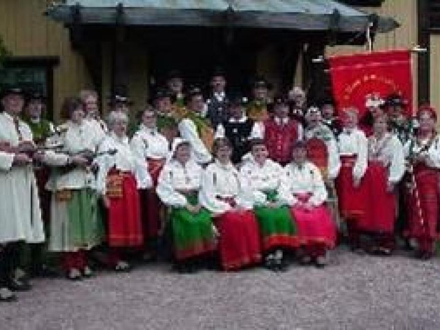 The whole dancegroup in front of the Zorngarden Mora.