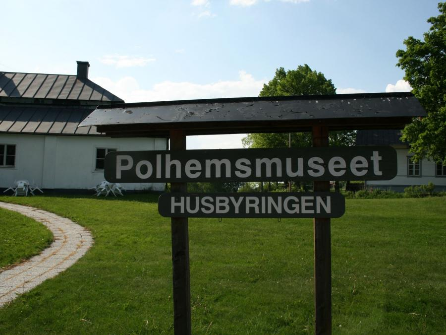 Sign outside the museum that says Polhemsmuseet Husbyringen.